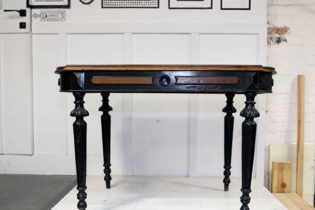 Wszystkim majsterkowiczom i wielbicielom staroci podpowiadamy, jak przywrócić piękny wyglądstaremu drewnianemu stolikowi.