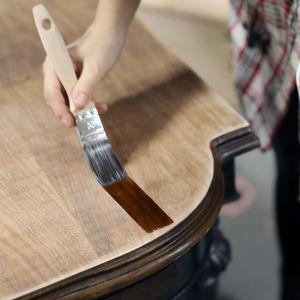 Dobrym pomysłem na wykończenie powierzchni starego mebla jest bejca do drewna. Zdjęcia i realizacja: Pani to Potrafi
