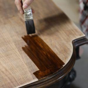 Bejca do drewna barwi powierzchnię, podkreślając naturalny rysunek usłojenia. Zdjęcia i realizacja: Pani to Potrafi