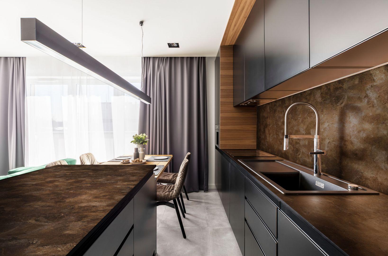 Odpowiedzią na aktualne trendy w projektowaniu wnętrz mogą być cienkie blaty kuchenne wykonane z laminatu kompaktowego HPL. Fot. Pfleiderer