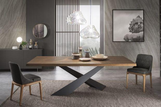 Drewniany stół nigdy nie wychodzi z mody. Świetnie prezentuje się w różnych typach wnętrz, niezależnie od ich stylu. Podpowiadamy, na co zwrócić uwagę przy jego wyborze.