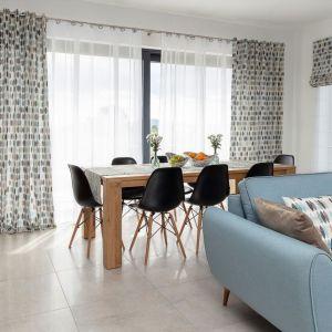 Aby oddzielić jadalnię od salonu, możesz np. ustawić kanapę tyłem lub bokiem do stołu. Fot. Dekoria.pl