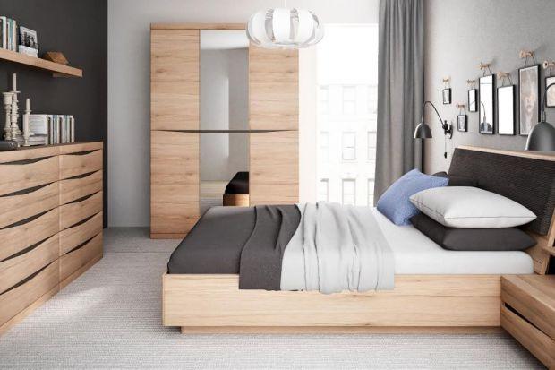 Szafę z lustrem docenimy nie tylko, sprawdzając jakość naszej kreacji przed wyjściem z domu. To również prosty i łatwy sposób na optyczne powiększenie niewielkiej sypialni.