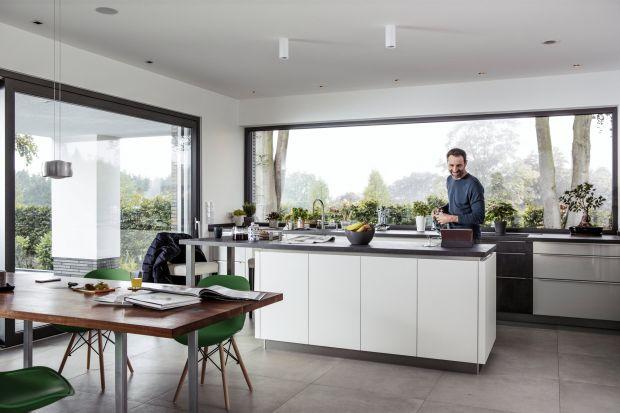 Lakierowane fronty kuchenne nadal cieszą się popularnością, chociaż nie tak dużą jak jeszcze kilka lat temu. Lakier zapewnia ciekawy efekt głębi oraz nadaje elegancki wygląd. Tego typu powierzchnie są jednak wymagające na co dzień – widać