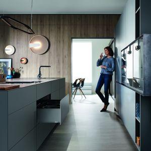 Antracytowe akcesoria doskonale wpisują się w styl nowoczesnych kuchni. Fot. Blum