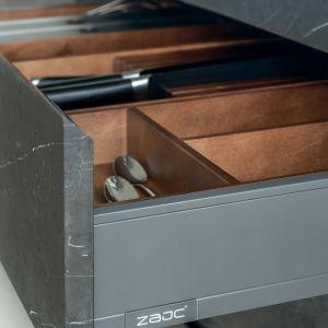 Antracytowe boki szuflad zostały zestawione z drewnianymi organizerami. Fot. Zajc