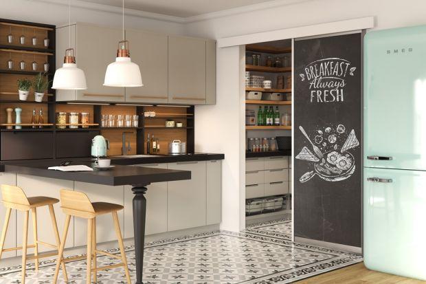 Przechowywanie żywności i zastawy stołowej w kuchni wymaga sporej przestrzeni albo dobrych pomysłów na zagospodarowanie szafek i szuflad. Z pomocą przychodzą producenci akcesoriów do organizacji domowej spiżarni.