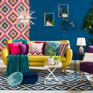 W salonie urządzonym w stylu boho powinny znaleźć się niepasujące do siebie kolorowe fotele i wzorzyste sofy. Fot. Agata