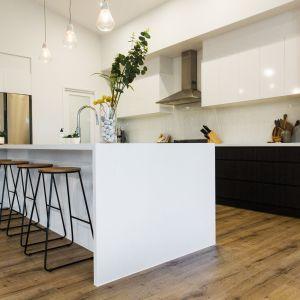 Dobrym pomysłem jest wybór blatu kuchennego wykonanego z konglomeratu kwarcytowego, który wygląda świetnie, jest też łatwy w czyszczeniu. Fot. TechniStone