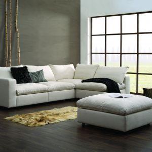"""Sofa """"Lazy"""" (Nordic Line) została wypełniona naturalnym pierzem. Fot. Dobrydesign.pl"""