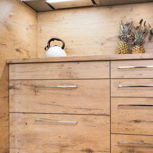 Kuchenny okap przybiera wiele form, a w razie potrzeby, może się ukryć pod szafkami wiszącymi. Dyskrecja gwarantowana! Fot. Kam