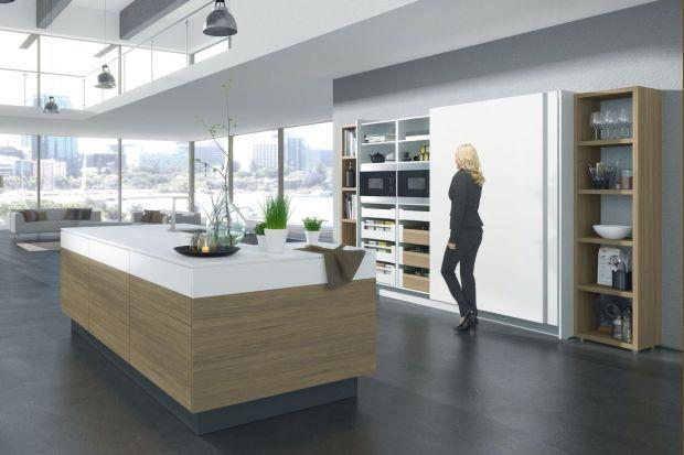 Kuchnia stanowiła kiedyś osobne pomieszczenie, które w razie potrzeby ukrywano za zamkniętymi drzwiami. Dzisiaj, nawet w otwartych przestrzeniach, można ją również schować za drzwiami, ale… przesuwnymi lub składanymi.