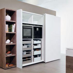 Za drzwiami przesuwnymi lub składanymi wygodnie ukryjemy strefę przechowywania, sprzęt AGD i cały kuchenny rozgardiasz. Fot. Hettich