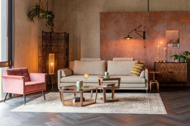 """Stolik kawowy może wysunąć się na pierwszy plan w aranżacji wnętrza. Wiele zależy od jego formy, koloru, sposobu wykończenia. Niektóre stoliki to prawdziwe małe """"dzieła sztuki"""", podkreślające klimat naszego salonu."""