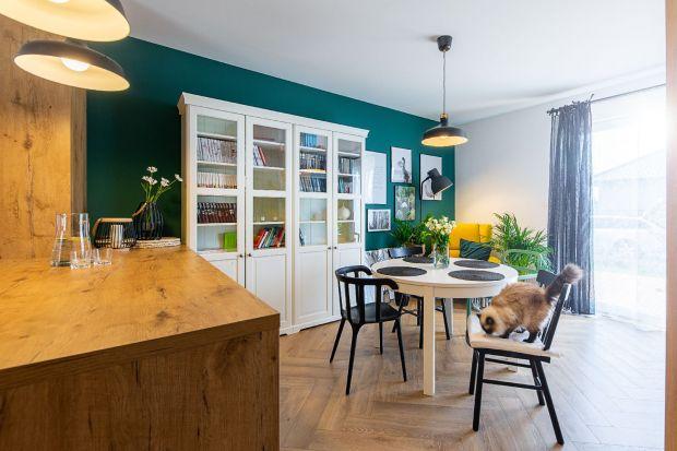 Neutralna kolorystyka z elementami koloru, drewniane meble i fotel - uszak.Przestrzeń mieszkania zlokalizowanego w okolicach Koszalina odzwierciedla poczucie bliskości i więzi z naturą właścicielki.