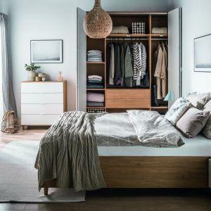 """W przypadku szafy z kolekcji """"Simple"""" (Vox) istnieje możliwość modyfikacji wyglądu frontów. Fot. Vox"""