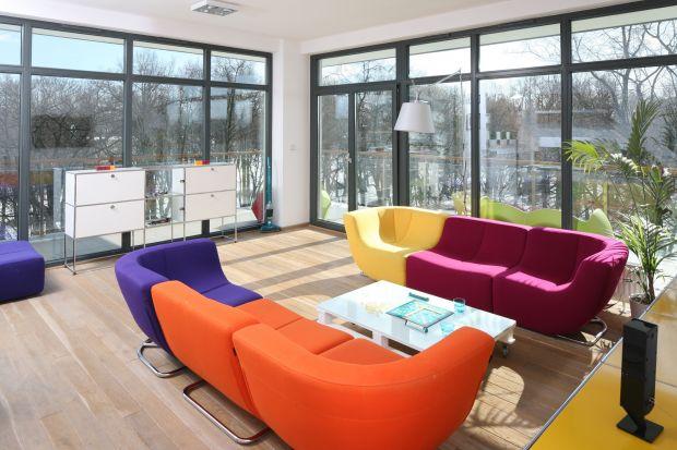Energetyczny kolor umiejętnie wprowadzony do salonu potrafi zdziałać cuda. Nie tylko ożywia wnętrze, ale też odciska na nim piętno niepowtarzalnego stylu.