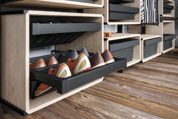 Jak wygodnie przechowywać buty w mieszkaniu, aby był do nich łatwy dostęp? Do wyboru jest kilka rozwiązań, które wybieramy w zależności od wielkości wnętrza i od tego, jak dużą ilość obuwia chcemy zmieścić.