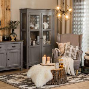 We wnętrzach urządzonych w  stylu hygge nie powinno również zabraknąć drewnianych dodatków, które ocieplają przestrzeń i tworzą przyjemny nastrój. Fot. Salony Agata