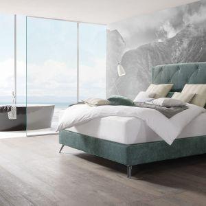 Miękki zagłówek podkreśla przytulność sypialni. Fot. Huelsta