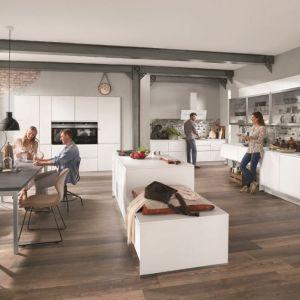 """W kuchni """"Inline"""" marki Verle Kuchen uwagę zwracają szklane witryny nadające zabudowie lekkości. Fot. Verle Kuchen"""