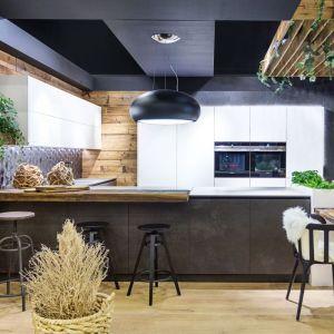 """Kuchnia """"Cedra"""" (Vigo) zaskakuje połączeniem materiałów – drewna pochodzącego z recyklingu oraz nowoczesnego spieku kwarcowego o matowej, chropowatej powierzchni. Fot. Vigo"""