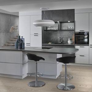 """Fronty o strukturze głębokiego matu w zestawieniu z prostym, stalowym blatem nadają kuchni """"Uniq"""" (RWK & Kuhlmann Küchen) wyrafinowany charakter. Fot. RWK & Kuhlmann Küchen"""