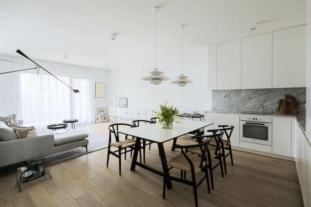 Mieszkanie pary podróżników na warszawskim Żoliborzu jest pełne harmonii, spokoju i dobrego wzornictwa. Minimalizm podkreślają proste w formie meble i stonowana kolorystyka.
