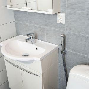 Bateria umywalkowa z rączką bidetta (wąż o długości 1,5 m) Vega firmy Oras  - dzięki niej można korzystać z sedesu podobnie jak bidetu. Posiada przycisk ograniczający temperaturę i strumień wody. Fot. Oras