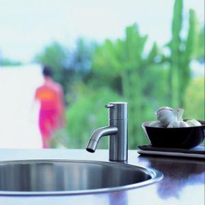 Bateria umywalkowa HV1 firmy Vola ma perlator ograniczający wypływ wody nawet do zaledwie 1,9 l. Fot. Vola