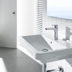 Bateria umywalkowa L20 firmy Roca oszczędza wodę, zwłaszcza ciepłą, dzięki ogranicznikowi wypływu oraz systemowi Cold Start. Fot. Roca