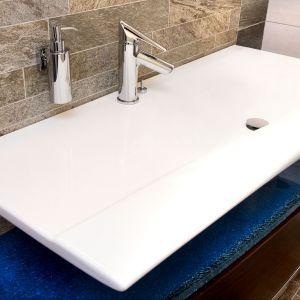 Cassino VerdeLine firmy Ferro oszczędza do 50% wody zimnej i ciepłej. Wyposażona w regulator ceramiczny FerroClick z systemem kontroli ciepłej wody oraz perlator FerroAirMix z systemem łatwego usuwania kamienie wapiennego FerroEasyClean. Fot. Ferro
