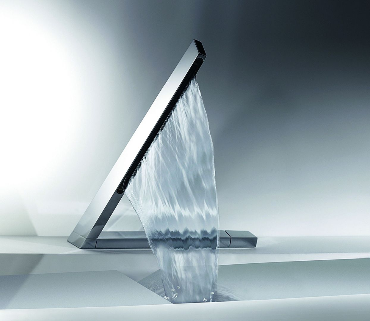 Kurtyna wodna tylko sprawia wrażenie obfitej. W rzeczywistości z Hansalatrava marki Hansa wypływa do 40% mniej wody niż z tradycyjnej baterii. Sterowanie za pomocą panelu dotykowego z diodami, pokazującymi temperaturę wody. Fot. Hansa