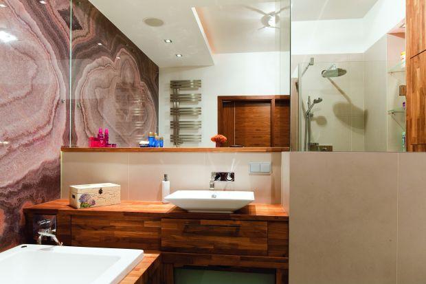 W łazienkach stosowany jest głównie jako okładzina ścian oraz dekoracyjne wstawki w ścianach i wnękach. Bywa używany także na posadzki. Oto wskazówki, jak go czyścić i pielęgnować, by zachował blask na lata.