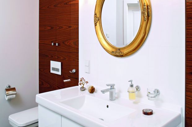 Elegancka łazienka pani domu to wnętrze pełne kontrastów: czerni i bieli, stylu nowoczesnego i pałacowego. Tutaj nawet odległe inspiracje łaczą się w harmonijną całość.