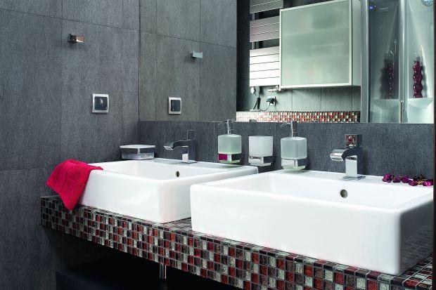 Wnętrze nowoczesnej łazienki obok sypialni zaskakuje na każdym kroku. Zamontowane tu dwie umywalki ułatwiają poranne przygotowania.