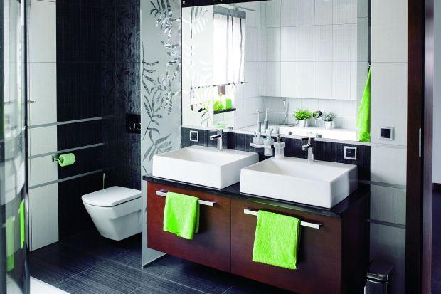 W łazience dla rodziny znajdują się zarówno prysznic i wanna, dlatego wnętrze to spełnia potrzeby wszystkich domowników.