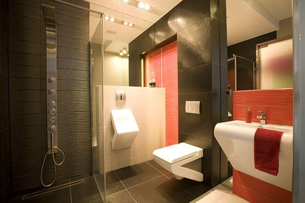 Wnętrze toalety dla gości zostało urządzone bardzo innowacyjnie. Designerski charakter mają tu elementy wyposażenia. Umywalka i sedes zaskakują kształtem.