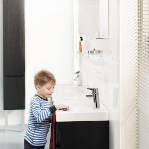 Bateria umywalkowa Oras Optima jest ekologiczna (wykonana z bezołowiowego mosiądzu), oszczędna, wygodna - antypoślizgowy element na uchwycie. Inteligentny przycisk uruchamiający pomaga oszczędzać i uczy oszczędzania - do przymocowania w dowolnym miejscu. Fot. Oras
