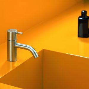 Ikona designu (proj. Arne Jacobsena z 1968 r.) i mistrzyni oszczędzania. Baterię umywalkową HV1 marki Vola można wybrać wyposażoną w standardowy regulator przepływu (zużycie wody 5 l/m) lub w jednej z kliku oferowanych opcjonalnie regulatorów, które zmniejszą zużycie nawet do 1,9 l/min. Fot. Vola