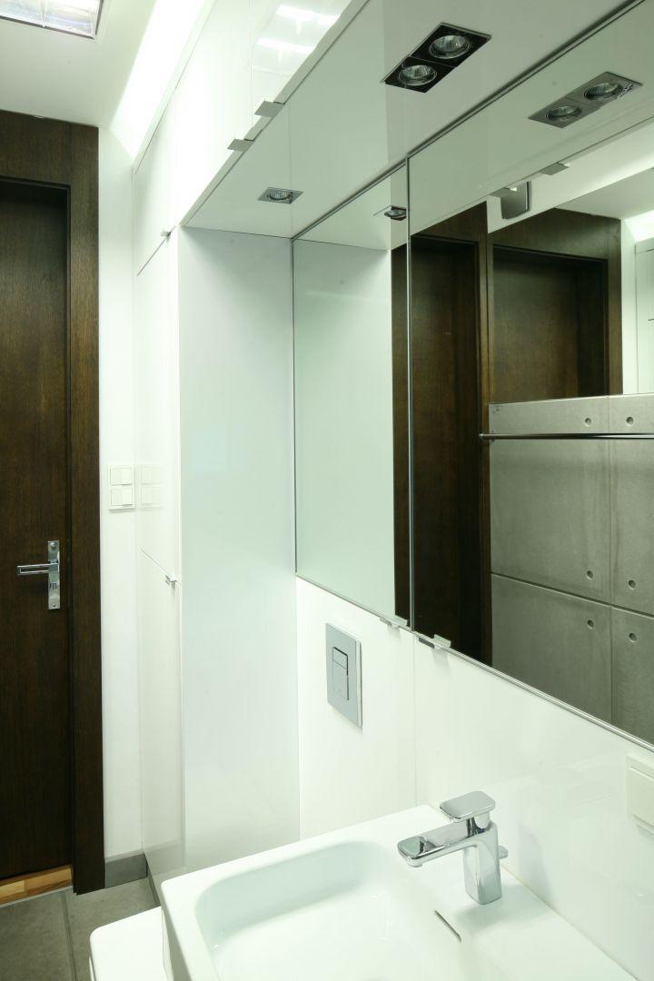 By nie pomniejszać optycznie łazienki dla rodziny, jedna ze ścian została zaaranżowana na biało. Fot. Bartosz Jarosz