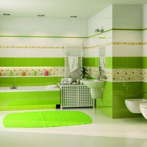 Żonkil/Mniszek to płytki z oferty marki Kwadro, w ofercie z kwiatowymi motywami. Wiosenne odcienie zieleni tworzą w łazience wiosenny klimat. Fot. Kwadro