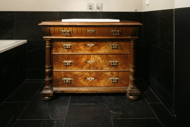 Przedmioty drewniane wyciągnięte z lamusa czy kupione na giełdach staroci są idealne do dekoracji łazienki. Wielki problem to korniki, które są w nich prawie na 100%.