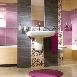 Powierzchnia ściany nad umywalką może być narażona na zachlapanie, podłoga wokół umywalki czasami może zostać nawet zalana. Na zdj. płytki z kolekcji Firletka/Szafirek marki Kwadro Ceramika (prod. Grupa Paradyż). Fot. Kwadro Ceramika