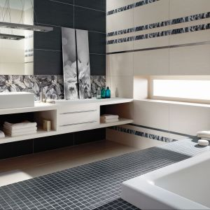 Kolejne miejsce w łazience narażone na działanie wody to obudowa wanny z szerokim rantem, zwykle wykończona płytkami lub mozaiką. Na zdj. Kolekcja płytek Elegant Nature firmy Tubądzin. Fot. Tubądzin