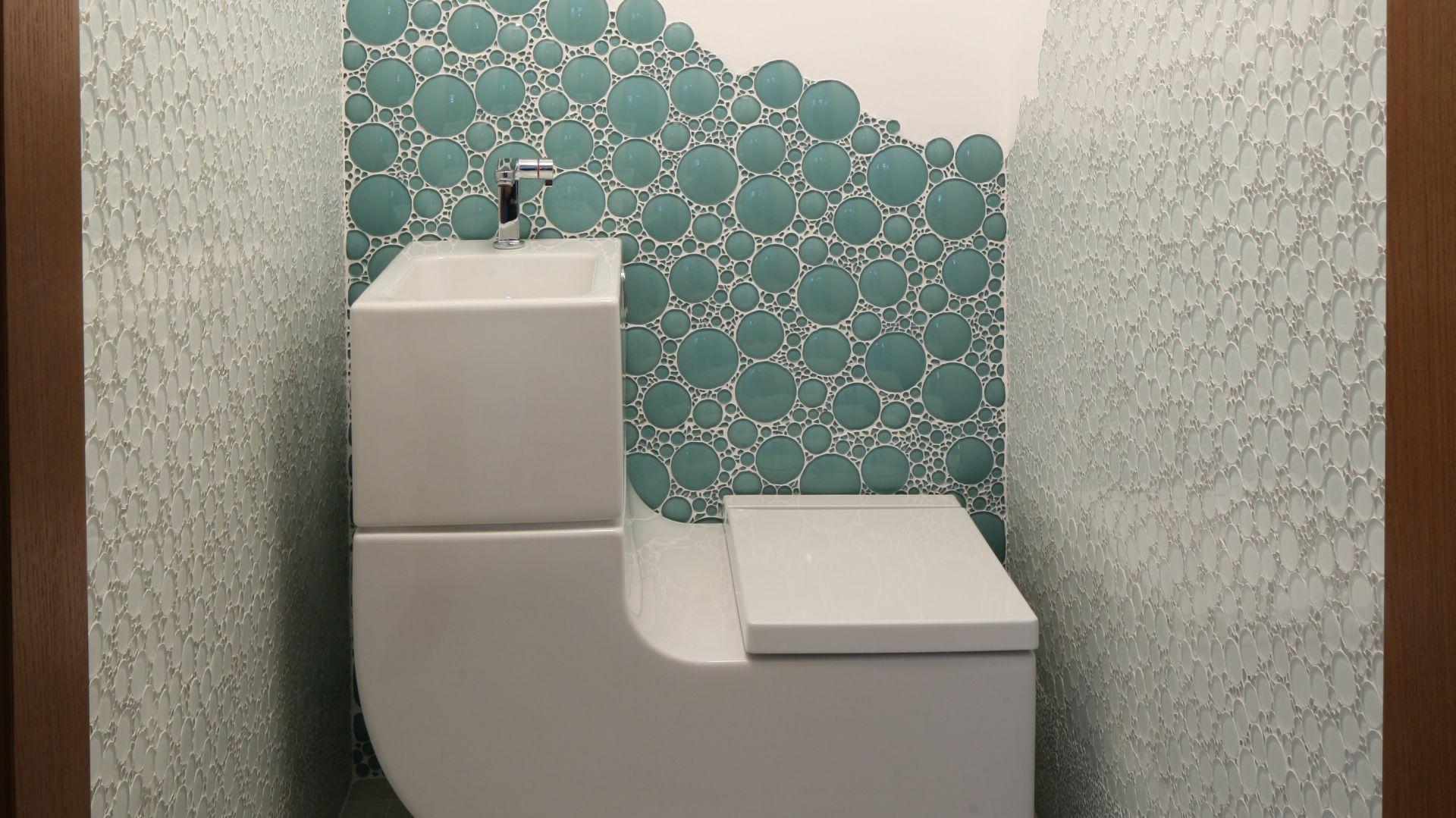 Toaleta została wyposażona w urządzenie 2w1: umywalka połączona z sedesem to model W+W firmy Roca. Woda z mycia rąk jest ponownie wykorzystywana do spłukiwania sedesu. Fot. Bartosz Jarosz