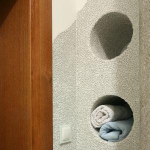 W ścianach wymodelowano okrągłe nisze na ręczniki. Fot. Bartosz Jarosz