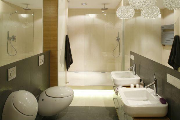 W tej łazience główną rolę gra wyposażenie. Na neutralnym, klasycznym tle opartym na bieli i szarości błyszczą, niczym diamenty, biżuteryjne lampy. Elegancji dodaje wnętrzu ceramika o wyjątkowym designie.
