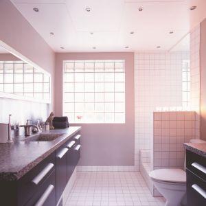 Bondex Wall de Luxe marki Bondex to satynowa emulsja lateksowa do malowania ścian i sufitów. Daje trwałe powłoki odporne na zmywanie na mokro, zapewnia  satynowy efekt wykończenia ścian (półmat), ekologiczna. Fot. Bondex