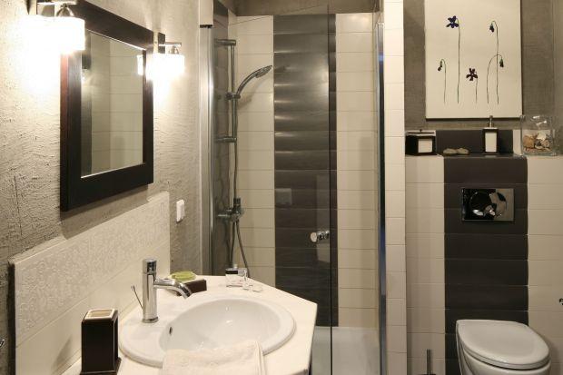 Niewielka i prosta w formie łazienka została urządzona w minimalistycznym stylu. Oryginalnym rozwiązaniem jest tu beton na ścianach – element odrobinę szorstki, aleidealny do łazienki pana domu.